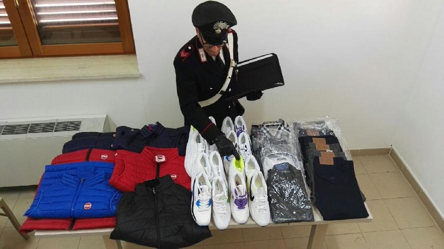 https://www.ragusanews.com//immagini_articoli/29-11-2017/vendeva-merce-rubata-contraffatta-denunciato-marocchino-ispica-500.jpg