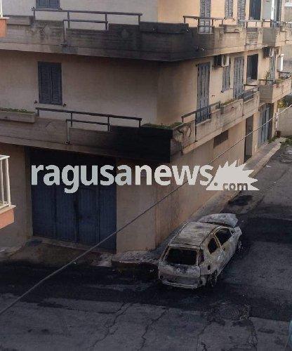 https://www.ragusanews.com//immagini_articoli/29-11-2018/attentato-incendiario-comiso-notte-500.jpg