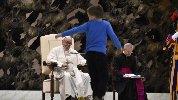 https://www.ragusanews.com//immagini_articoli/29-11-2018/bimbo-argentino-scappa-braccio-papa-francesco-video-100.jpg