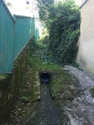 http://www.ragusanews.com//immagini_articoli/29-12-2016/acqua-piovana-riesce-defluire-terrazzino-allagato-420.jpg