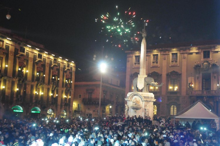 https://www.ragusanews.com//immagini_articoli/29-12-2017/capodanno-catania-spettacolo-originale-tributo-bellini-500.jpg
