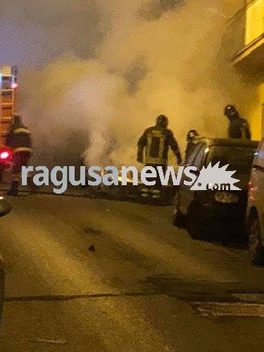 https://www.ragusanews.com//immagini_articoli/29-12-2018/incendio-audi-risorgimento-ragusa-500.jpg