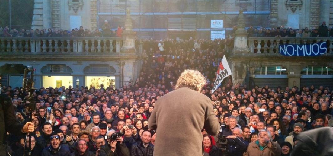 http://www.ragusanews.com//immagini_articoli/30-01-2013/beppe-grillo-a-ragusa-napolitano-ci-costa-242-milioni-di-euro-lanno-500.jpg