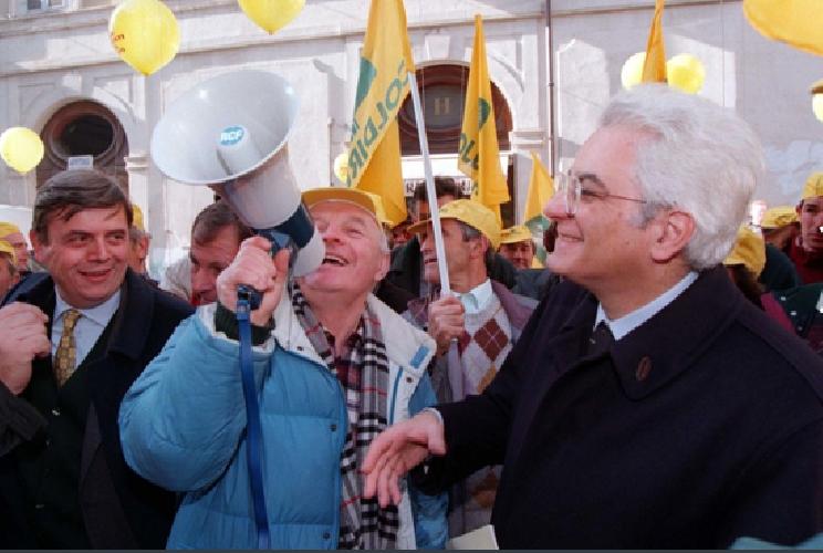 http://www.ragusanews.com//immagini_articoli/30-01-2015/e-mattarella-chiese-papa-ma-la-pira-e-prete-500.png