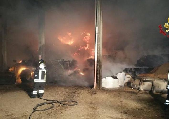 http://www.ragusanews.com//immagini_articoli/30-03-2017/acate-fuoco-capannone-azienda-agricola-500.jpg