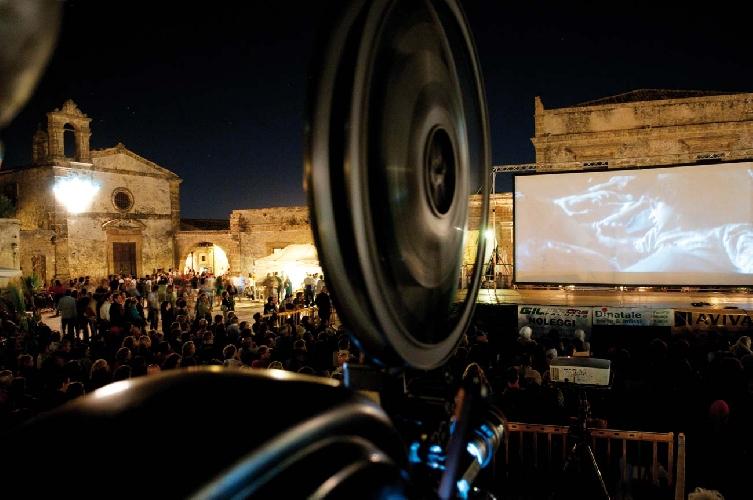 http://www.ragusanews.com//immagini_articoli/30-03-2017/bando-cortometraggi-festival-marzamemi-500.jpg