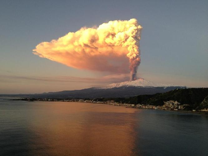 http://www.ragusanews.com//immagini_articoli/30-03-2017/eruzione-etna-visibile-anche-catania-500.jpg