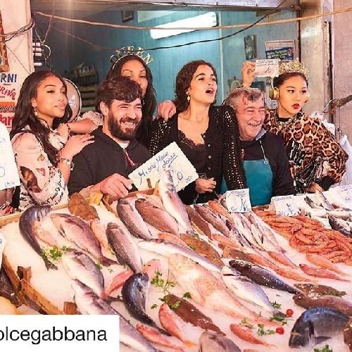 http://www.ragusanews.com//immagini_articoli/30-03-2017/pesci-carciofi-dolce-gabbana-girano-mercato-500.jpg