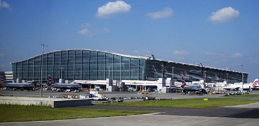 https://www.ragusanews.com//immagini_articoli/30-03-2018/fiamme-momenti-ansia-aeroporto-londra-500.jpg