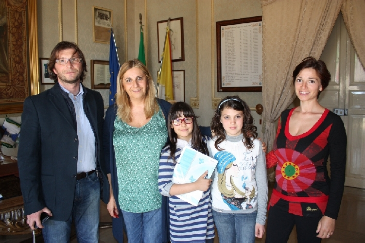 https://www.ragusanews.com//immagini_articoli/30-04-2012/due-bambine-delle-elementari-intervistano-la-commissaria-margherita-rizza-500.jpg