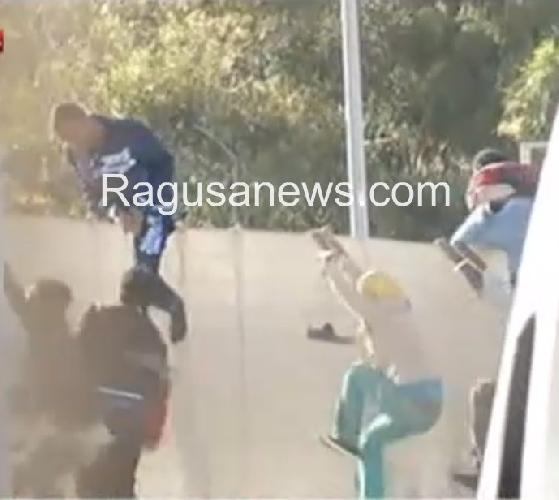 http://www.ragusanews.com//immagini_articoli/30-04-2014/pozzallo-200-immigrati-in-fuga-dal-centro-di-prima-accoglienza-500.jpg