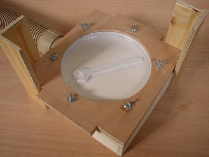 http://www.ragusanews.com//immagini_articoli/30-04-2014/una-chiave-inglese-nel-piatto-della-mensa-scolastica-500.jpg