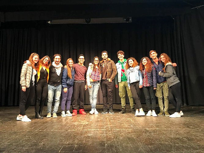 https://www.ragusanews.com//immagini_articoli/30-04-2018/famiglia-addams-teatro-bosco-ragusa-500.jpg