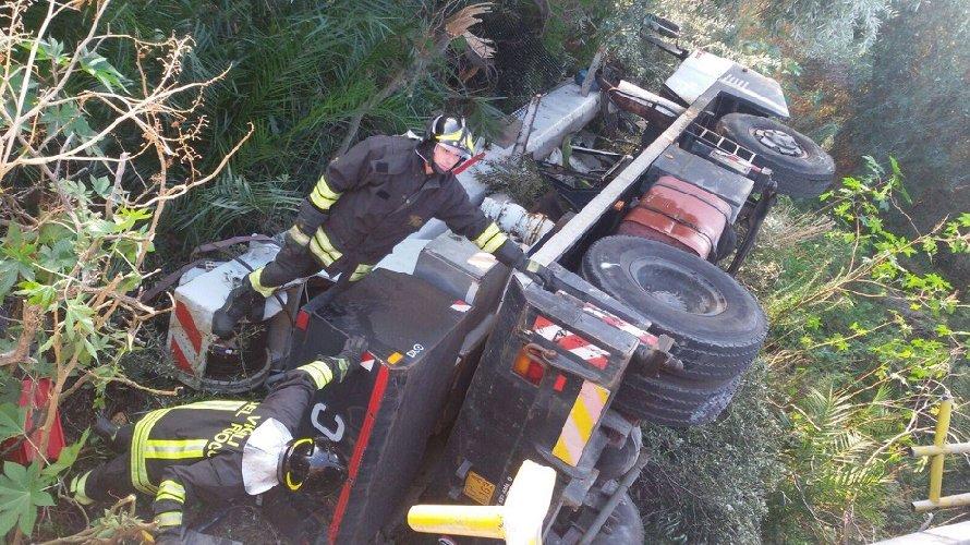 https://www.ragusanews.com//immagini_articoli/30-04-2019/camion-vola-viadotto-catania-palermo-feriti-due-siracusani-500.jpg