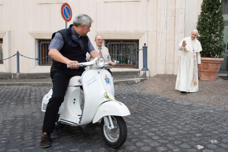 https://www.ragusanews.com//immagini_articoli/30-04-2020/il-cardinale-in-vespa-aiuta-i-trans-rimasti-senza-clienti-come-de-andre-500.jpg