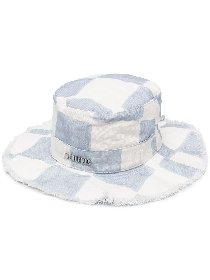https://www.ragusanews.com//immagini_articoli/30-04-2021/1619800767-il-bucket-hat-e-il-cappello-della-primavera-estate-2021-5-280.jpg