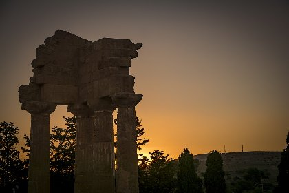 https://www.ragusanews.com//immagini_articoli/30-04-2021/archeologia-il-teatro-sotto-i-templi-la-storia-greca-rivede-la-luce-video-280.jpg