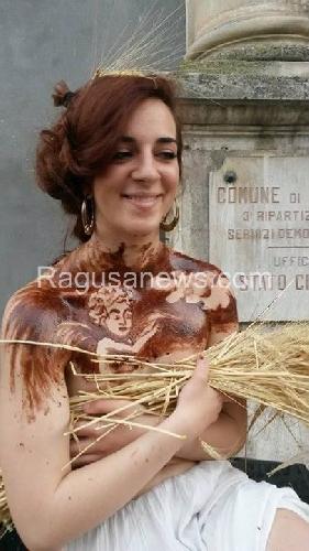 https://www.ragusanews.com//immagini_articoli/30-05-2016/c-e-una-donna-nuda-coperta-di-cioccolato-al-corso-di-modica-500.jpg