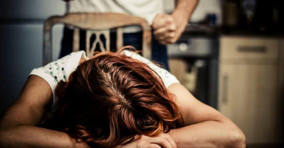 https://www.ragusanews.com//immagini_articoli/30-05-2018/tenta-strangolare-moglie-portar-figlio-arrestato-ispicese-500.jpg