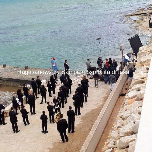 https://www.ragusanews.com//immagini_articoli/30-05-2019/1559215830-commissario-montalbano-un-matrimonio-a-sampieri-con-banda-1-500.jpg