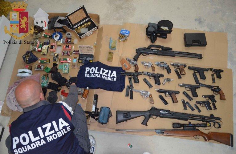 https://www.ragusanews.com//immagini_articoli/30-05-2019/arsenale-scoperto-a-vittoria-fava-pronta-una-guerra-di-mafia-500.jpg