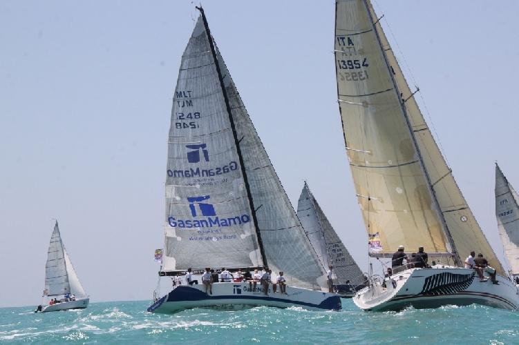https://www.ragusanews.com//immagini_articoli/30-06-2013/a-marina-di-ragusa-barca-a-vela-fa-rima-con-ciliegino-500.jpg