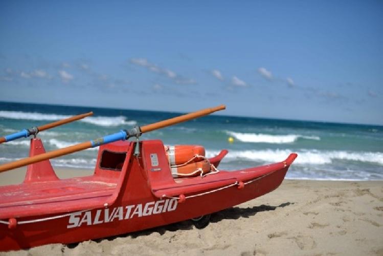 http://www.ragusanews.com//immagini_articoli/30-06-2014/a-marina-di-modica-e-maganuco-i-bagnini-500.jpg