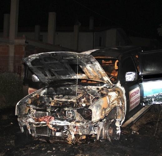http://www.ragusanews.com//immagini_articoli/30-06-2015/incendiati-due-fuoristrada-500.jpg