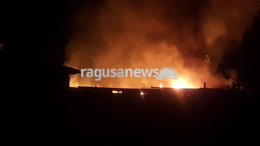 http://www.ragusanews.com//immagini_articoli/30-06-2017/devastante-incendio-comiso-video-foto-500.jpg