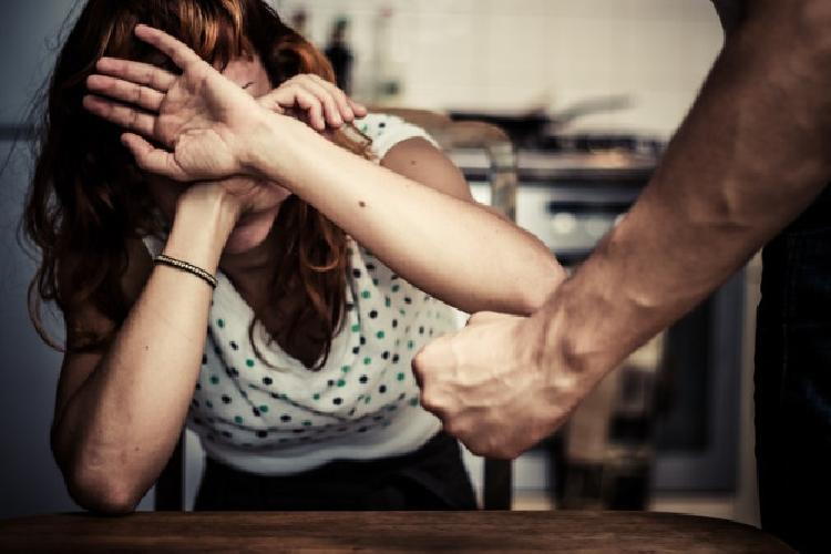 http://www.ragusanews.com//immagini_articoli/30-06-2017/sferra-pugno-rifugia-bagno-arrestato-marito-violento-500.jpg