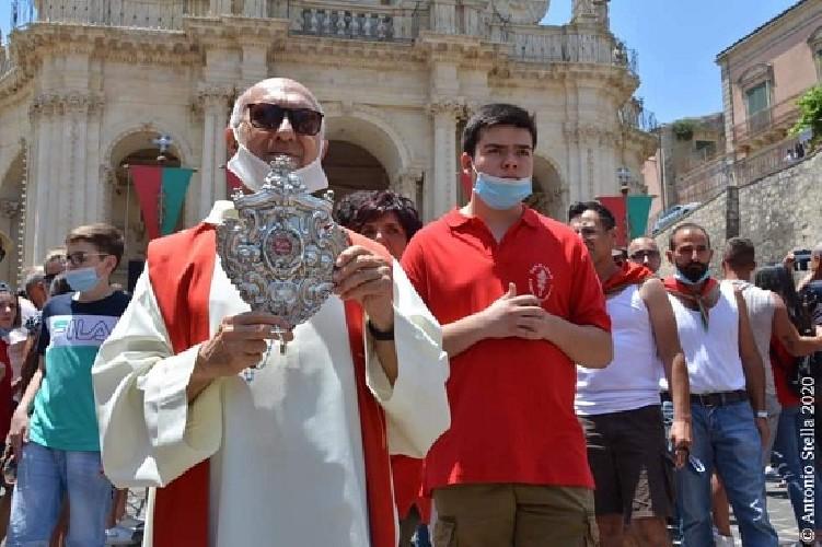 https://www.ragusanews.com//immagini_articoli/30-06-2020/processione-abusiva-per-la-festa-di-san-paolo-arcivescovo-si-infuria-500.jpg