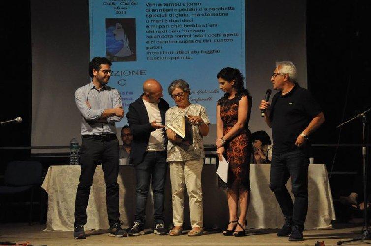 https://www.ragusanews.com//immagini_articoli/30-07-2018/1532937428-concorso-poesia-chiaramonte-vincitori-2-500.jpg