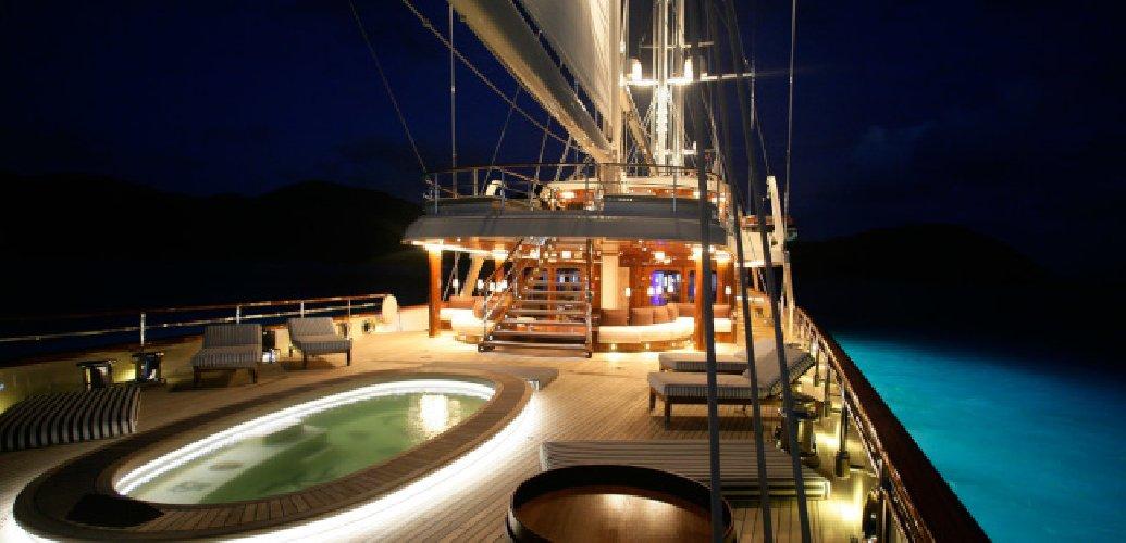 https://www.ragusanews.com//immagini_articoli/30-07-2018/approda-selinunge-mega-yacht-magnate-barry-diller-500.jpg