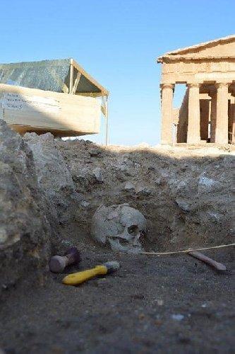https://www.ragusanews.com//immagini_articoli/30-07-2019/archeologia-scoperta-la-tomba-di-u-neonato-trovato-lo-scheletro-500.jpg