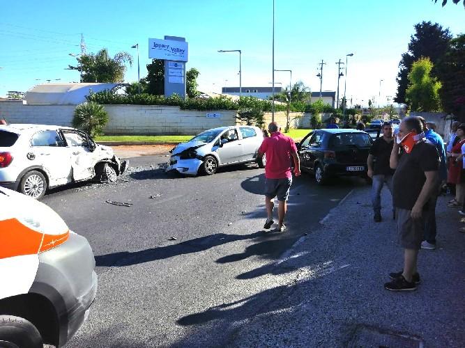 https://www.ragusanews.com//immagini_articoli/30-07-2020/scontro-tra-quattro-auto-tre-feriti-500.jpg