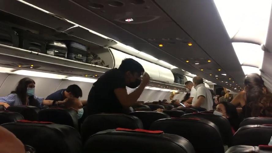 https://www.ragusanews.com//immagini_articoli/30-07-2021/fontanarossa-chiuso-per-incendi-passeggeri-fermi-a-comiso-video-500.jpg