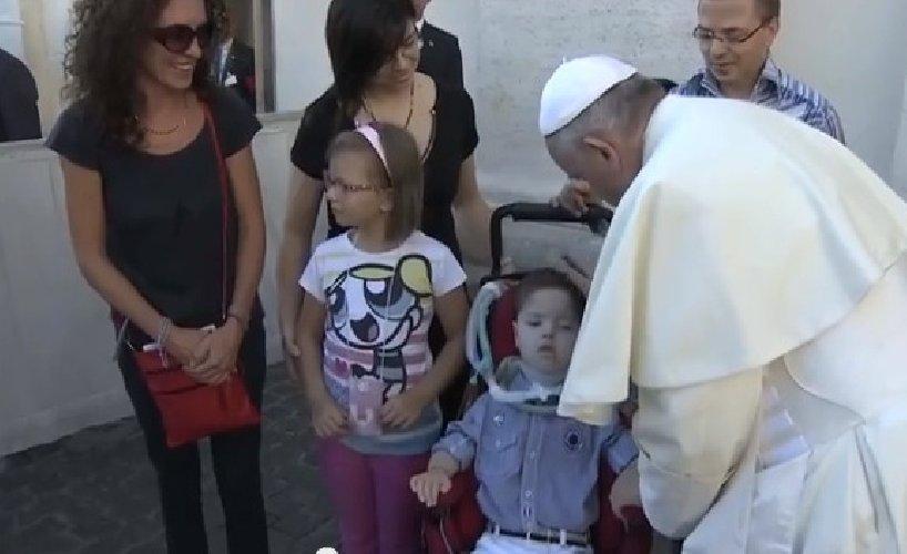 https://www.ragusanews.com//immagini_articoli/30-08-2014/papa-francesco-bacia-lorenzo-tasca-500.jpg