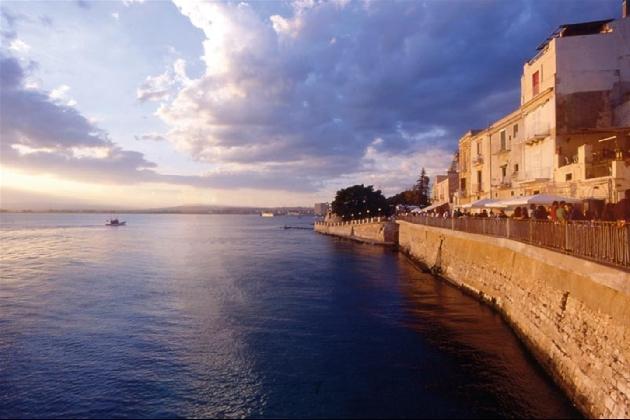 https://www.ragusanews.com//immagini_articoli/30-08-2016/ortigia-dall-alba-al-tramonto-video-420.jpg