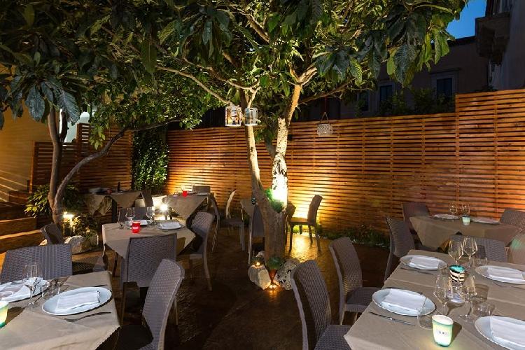 http://www.ragusanews.com//immagini_articoli/30-08-2017/ristorante-cerca-personale-500.jpg
