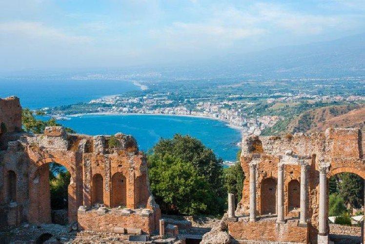 https://www.ragusanews.com//immagini_articoli/30-08-2018/sicilia-milioni-turisti-taormina-meta-preferita-500.jpg