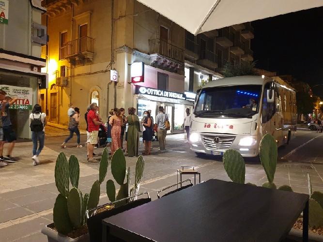 https://www.ragusanews.com//immagini_articoli/30-08-2020/ragusa-il-bus-passa-in-via-roma-500.jpg