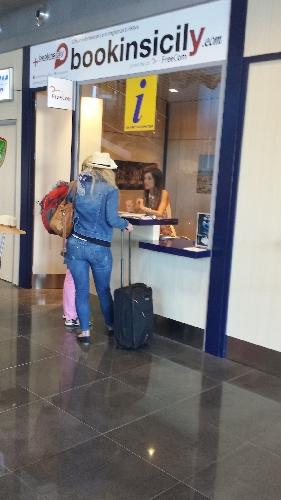 http://www.ragusanews.com//immagini_articoli/30-09-2014/bookinsicily-all-aeroporto-di-comiso-500.jpg