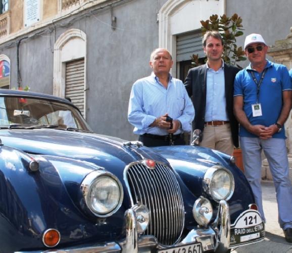 http://www.ragusanews.com//immagini_articoli/30-09-2014/una-jaguar-del-57-a-spasso-per-modica-500.jpg