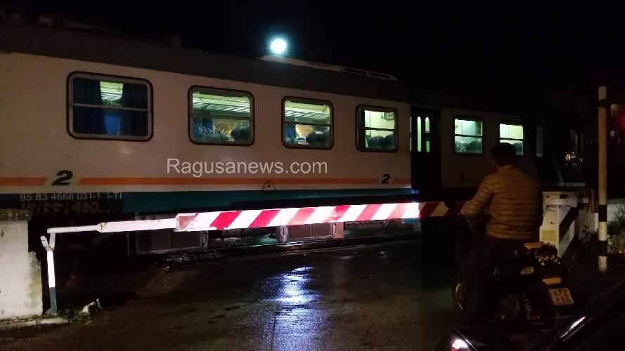 https://www.ragusanews.com//immagini_articoli/30-09-2015/il-treno-fermo-non-si-sa-perche-500.jpg
