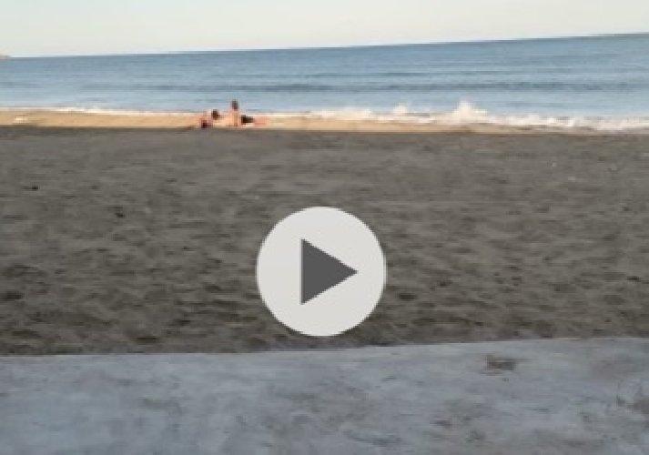 https://www.ragusanews.com//immagini_articoli/30-09-2020/sicilia-fanno-l-amore-in-spiaggia-e-vengono-ripresi-video-sul-web-500.jpg