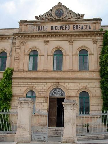 https://www.ragusanews.com//immagini_articoli/30-10-2009/l-on-ragusa-davanti-al-cancello-del-busacca-500.jpg
