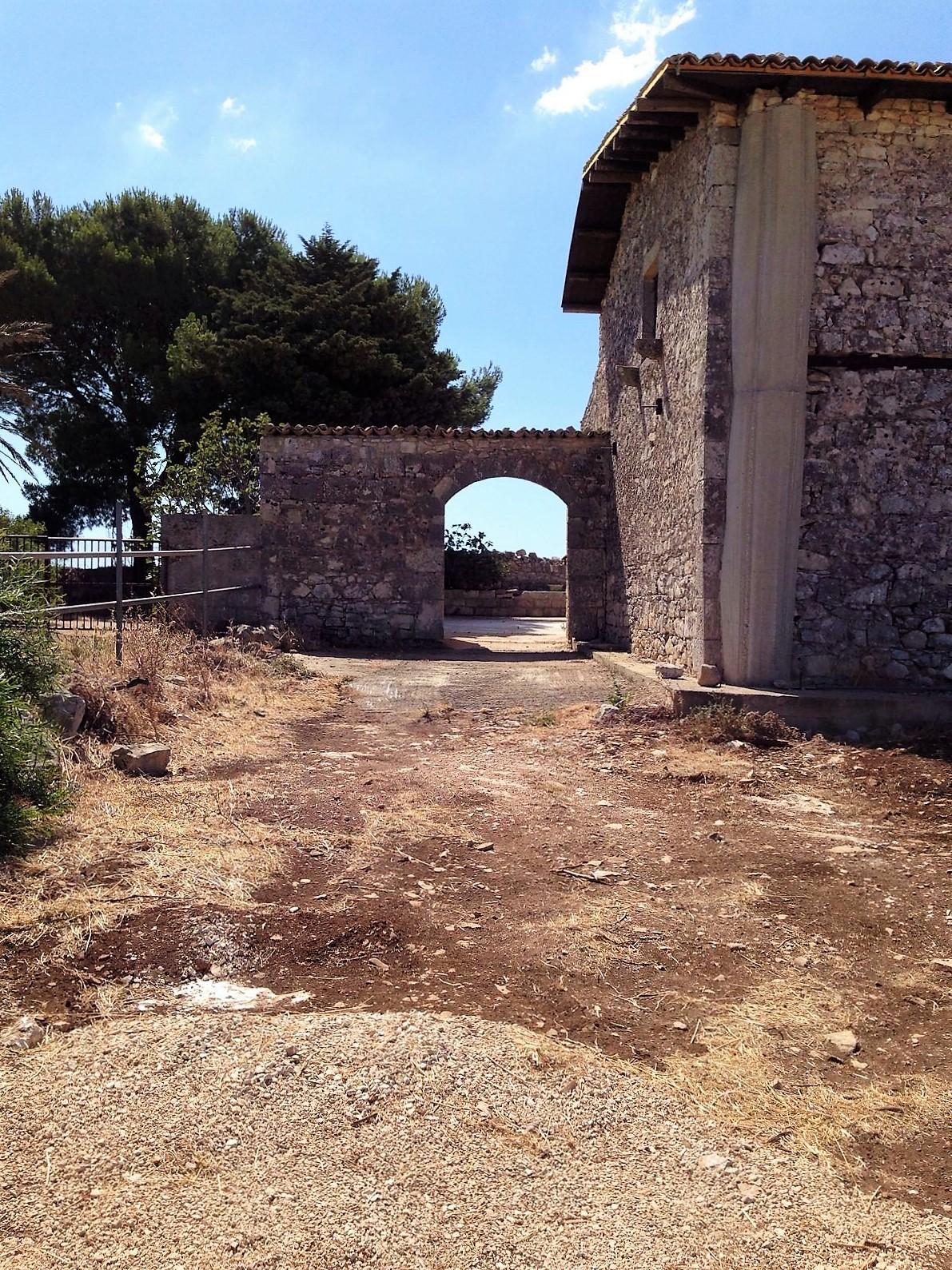 https://www.ragusanews.com//immagini_articoli/30-10-2016/1477843659-1-casale-rurale-in-contrada-pizzillo.jpg