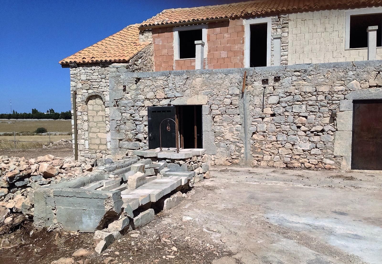 https://www.ragusanews.com//immagini_articoli/30-10-2016/1477843659-3-casale-rurale-in-contrada-pizzillo.jpg