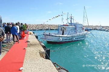 http://www.ragusanews.com//immagini_articoli/30-10-2017/pozzallo-consegnata-barca-ragusa-allistituto-pira-240.jpg