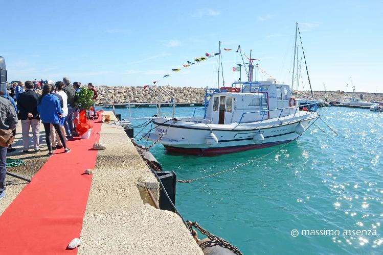 https://www.ragusanews.com//immagini_articoli/30-10-2017/pozzallo-consegnata-barca-ragusa-allistituto-pira-500.jpg